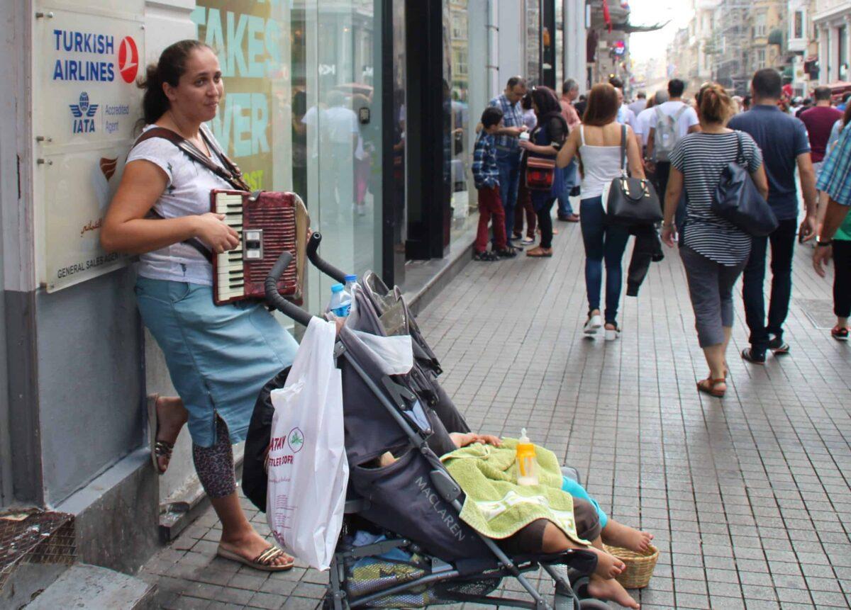 Jeune mère réfugiée syrienne qui mendie dans les rues d'Istanbul. Photo: ©Anne-Laure Gatin