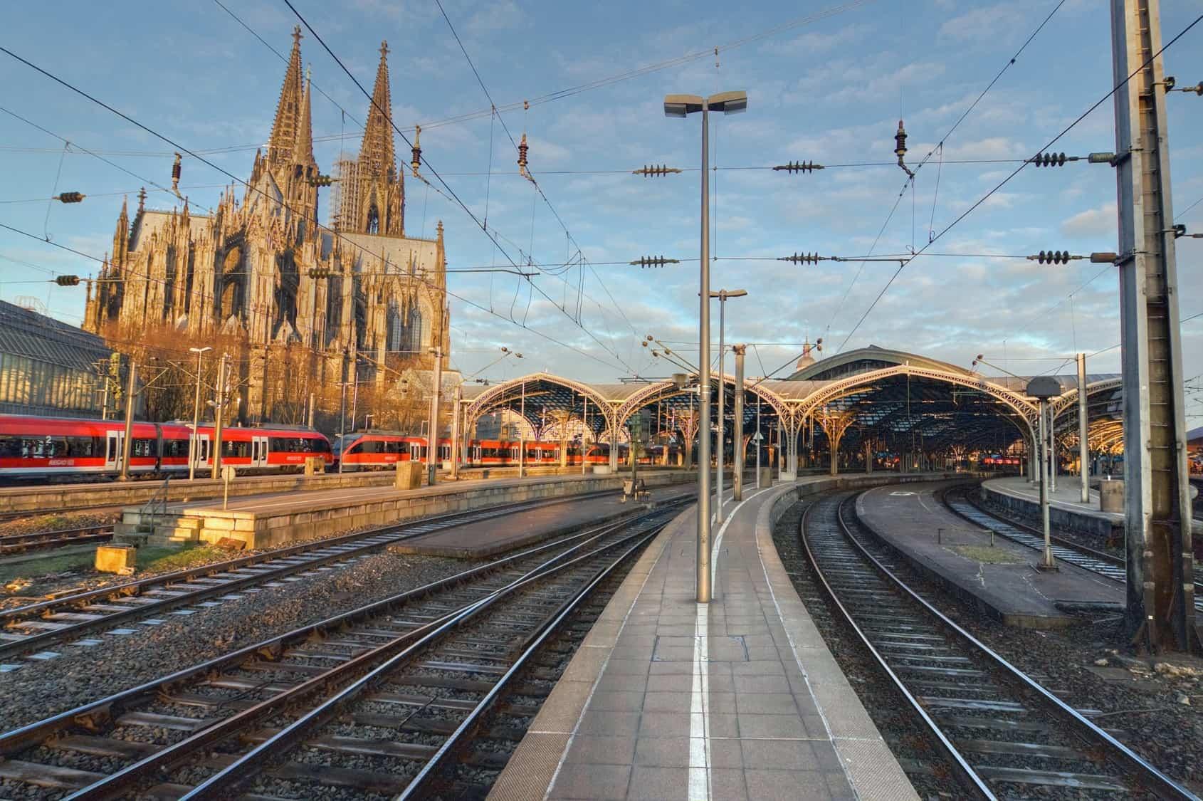 Cathédrale et gare de Cologne, près desquelles eurent lieu les centaines d'agressions le soir du 31 décembre 2015 (photo: Fotolia)