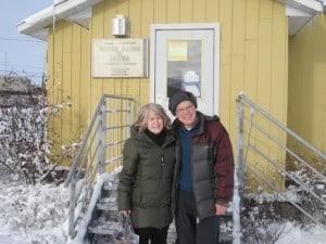 Judith et Robert, devant la chapelle catholique de Kuujjuaq (Courtoisie Judith Elliot)