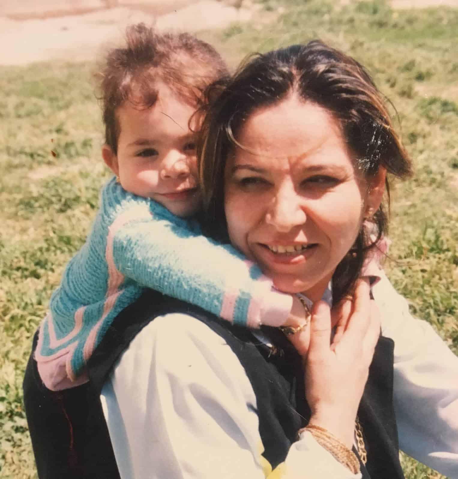 Wafa Younan, sur le dos de sa mère Nadja. (Photo: courtoisie de la famille Younan)