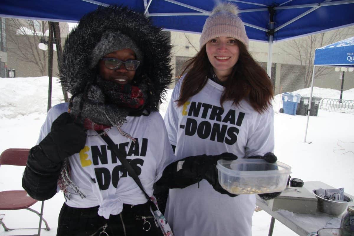 Les bénévoles Camille Eleazar et Maude Normand, lors du lancement de la monnaie Entrai-Dons (photo: Véronique Demers).
