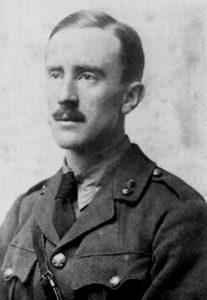Tolkien en uniforme de l'armée britannique durant la Première Guerre mondiale, 1916 (photo: Wikimedia Commons).