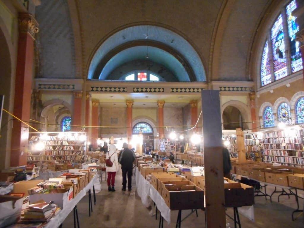 Jusqu'à tout récemment, l'intérieur de l'église Saint-Coeur-de-Marie était occupé par un marché de livres usagés (photo: Jean Gagnon / Wikimedia Commons).
